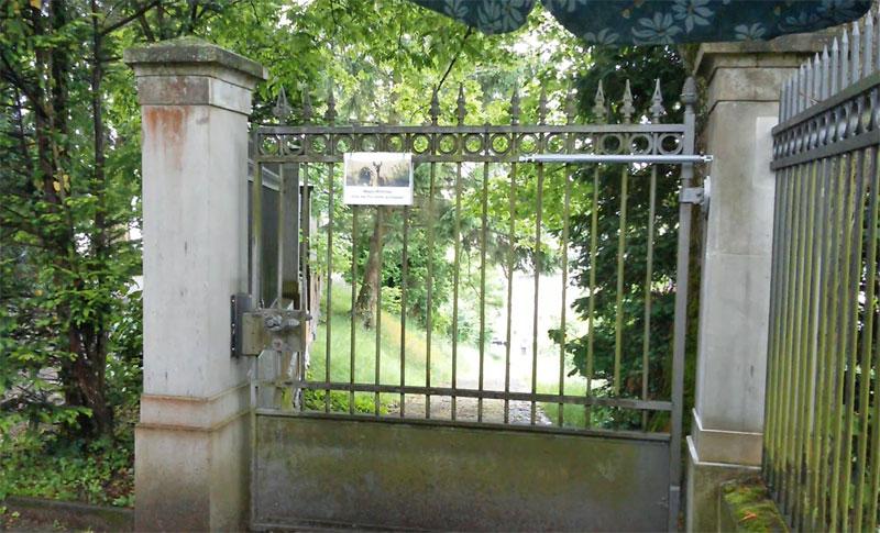 Ferme-porte porte d'accès au cimetière