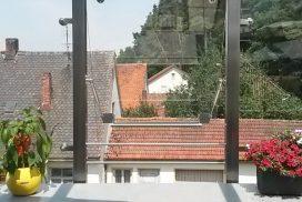 Gasfedern an einem Fenster