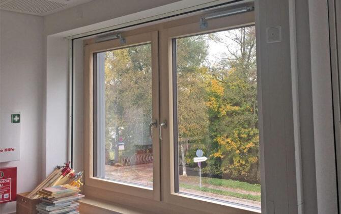 Öffnungsbegrenzer an Fenstern in einer Schule