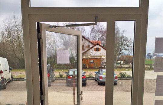 Türöffnungsbegrenzer an Eingangstür