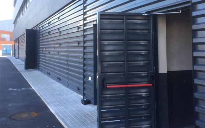 Türöffnungsbegrenzer an Industriegebäude