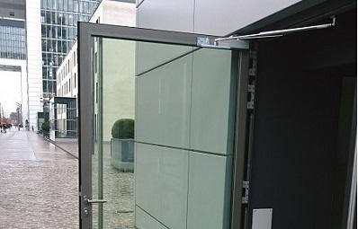Türöffnungsbegrenzer an Ladentür aus Glas